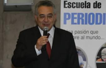 Ministro Hugo Lavados con alumnos de Periodismo UDD