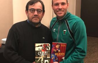 Fútbol y lectura: Danilo Díaz dona libros a biblioteca de futbolistas