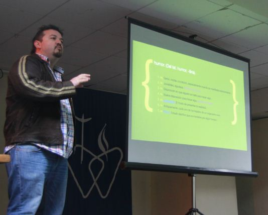 Claudio Venegas, profesor publicidad UDD en charla JA