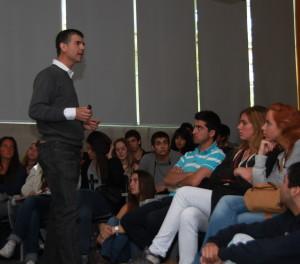 Foto Sergio Gamboa con alumnos